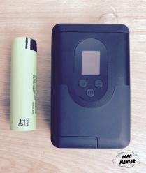 ArGo obok baterii - jest naprawdę bardzo mały!